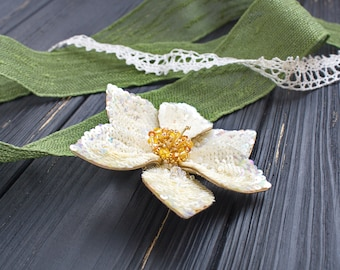 handmade embroided Daffodil flower brooch, white flower, spring flower brooch