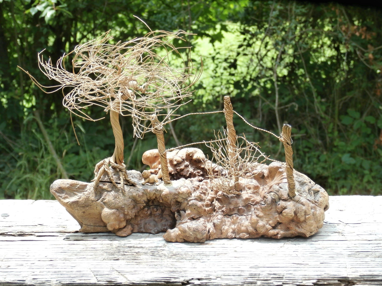 Maserholz und Draht Traum Baum Skulptur Szene mit Bush Zaun