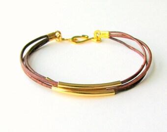 Bracciale sottile in pelle marrone con tubi oro