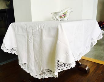 Incroyable Vintage White Cotton Embroidered And Crocheted Oval Tablecloth Kitsch  1950u0027s Mid Century 120 X 120 Cm