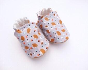 Chaussons bébé en cuir et coton gris avec hérissons, chaussons enfant ,chaussons hérisson, chaussons souples antidérapants, cadeau naissance