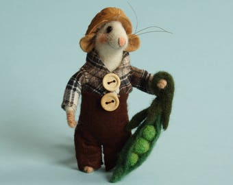 Needle felted mouse with peas. felt mouse. Dollhouse mouse. Felting dreams. Ornament. Gift. Mouse with walnut hat. home gardern decor