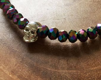 Rainbow Skull: elastic beaded bracelet with silver skull and multicolor glass beads. metallic, facet, rosegoldtone, skull, rock, edgy