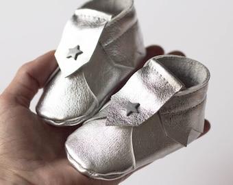 Chaussons bébé en cuir argenté, 1 - 3 mois, chaussons souples cuir, mini chaussons, mocassins bébé, chaussons cuir bébé
