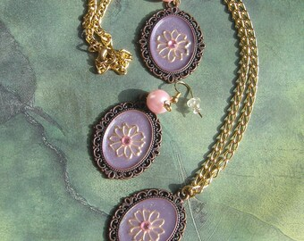 CALVINA Var. 7 Elegant Pendant Necklace and Earrings in Purple and Pink