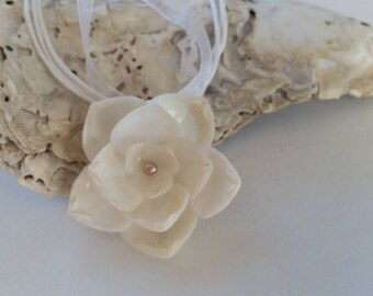 White with Pearl ShellFlower Ribbon Necklace
