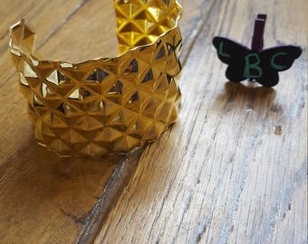 The cuff bracelet to personalize gold color with 3D triangle pattern