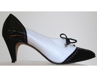 70s Johansen Bonnie and Clyde Spectator Oxford Lace Up Pump White with Black Patent Brogue Eyelet Wingtip 8 4A USA w/ Original Box