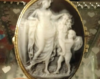 EXQUISITE! Vintage Black/White Cameo Jewelry/Snuff Box, gold plated!