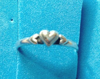 Vintage! Dainty sterling silver heart band ring size 8.5 - 8.75