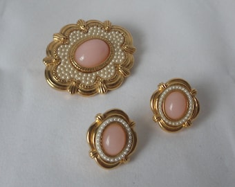 Vintage Gold Tone Pink Lucite Cabochons and Faux Pearls Unsigned Avon Brooch and Earrings Set.