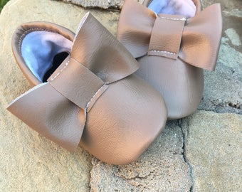 Light Brown Bow Moccasins  -Handmade Moccs // Baby Moccs // Bow Moccs // TEXAS MOCCS // Baby Moccasins