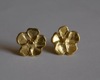 Gold flower studs, delicate bridal studs, small flower earrings, bridal earrings gold, bridesmaid earrings, delicate gold earrings, 5 petals