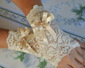 Ivory wedding gloves with pears and satin ribbon Ivory lace gloves with beige bow bridal gloves elegant gloves ivory wedding accessories