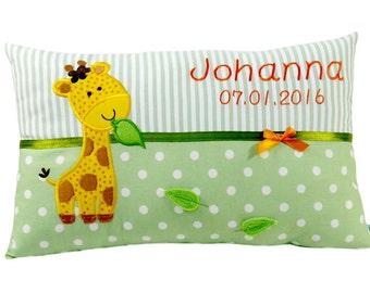 Namenskissen Giraffe individualisiert mit Namen und Datum in grün für Jungen und Mädchen ein tolles Geschenk