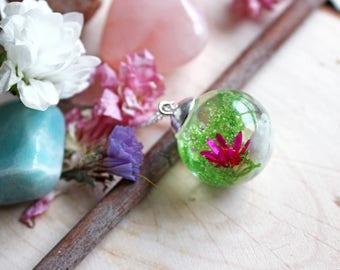 Mini terrarium ball resin, small white pebbles, MOSS and pink flower