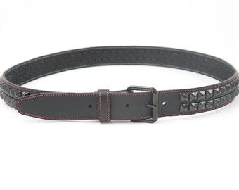"""1-1/2""""(38mm) breit-echt Ledergürtel mit 2 Reihen schwarz 1/2"""" (13 mm) PY77 Pyramiden Nieten NOCKENRINGE Spiked Made in U.S.A. NYC"""