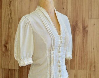 1970s Jessica's Gunnies White Top, Seventies Peasant Style Top w/ Lace & Pearls, Structured Puff Sleeve Button Up, Gunne Sax Blouse