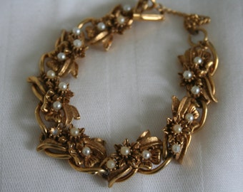 Florenza Gold Tone Flowers and Pearl Bracelet