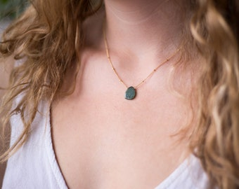 Raw Emerald Satellite Chain Necklace, Gemstone Slice Pendant Necklace, Layering Necklace, Bridesmaid Gift Jewelry, Everyday Necklace, Boho