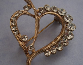 B983) A lovely retro vintage gold tone metal diamante glass heart shaped leaf brooch