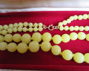 Lovely vintage pale lemon glass bead two strand necklace C1940s