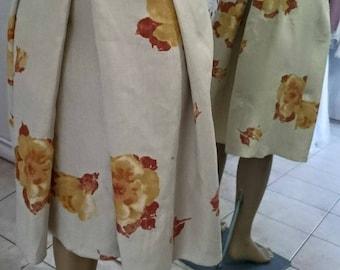 Beige pleated skirt, flower