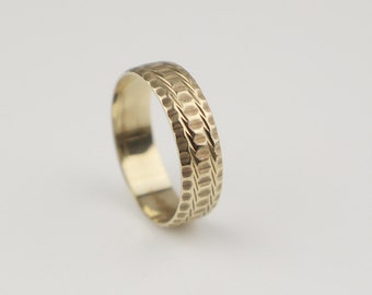 9ct Gold Band Ladies Ring with Etched Engine Cut Pattern   Size UK L 1/2 and US 6 Hallmarked 1981