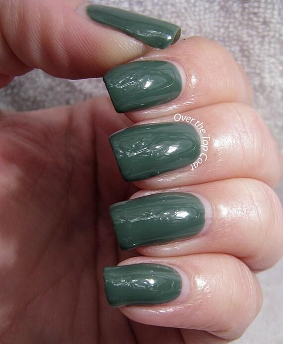 Salamandra esmalte de uñas oscuro crema verde