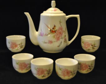 Vintage Porcelain Teapot with 6 handleless cups