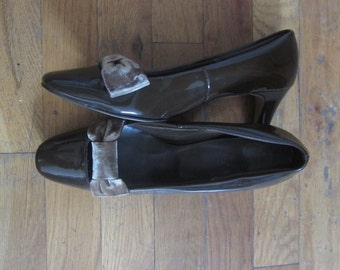 1960s chocolate brown patent leather kitten bow heels