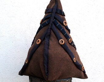 Backpack woman handmade in brown furniture fabric decorated with brown satin and wood buttons. Lining, zippered pochette, two pockets inside