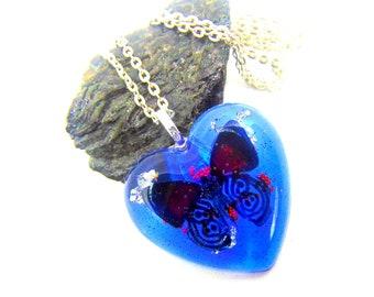 Pendentif papillon dans son coeur