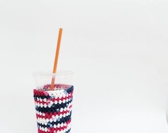 4ème de café juillet glacé confortable. Rouge blanc et bleu. Café cosy en crochet. Cozy patriotique. Manche de coupe de coton. Eco friendly coupe veste. Barbecue confortable