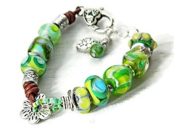 Hellgrünes bohoarmband mit handgefertigte Glasperlen, Böhmische Perlen, Lampwork Armband, Zigeuner Schmuck Cowgirl Armband