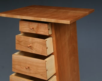 Schuintoelopende chest of drawers