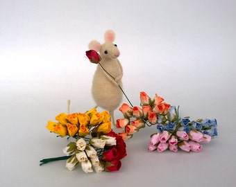 Needle felted mouse Valentine's day Mouse witht rose gift Love ornament Dollhouse Felt mice Woolen figurine Felt Woodland Waldorf sculpture