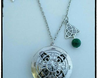 Silver celtic necklace aromatherapique decorated in green.