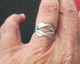 SALE>>  Solid Sterling Silver LOVE KNOT ring, vintage 1970, never worn> size 6 only