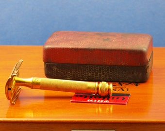 SALE: Gillette Long Comb New Red/Black Set; safety razor with NOS Gillette Thin Blade and FREE Razor Blade Sampler