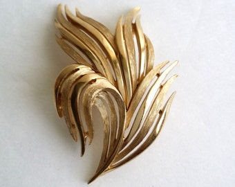 Amazing Vintage Crown TRIFARI Gold Tone Leaf Leaves Swirl Pin Brooch