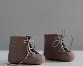 Woolen baby shoes - Lace up ankle boots - Felted booties for newborns - Gender neutral color unisex fall ash brown shoes