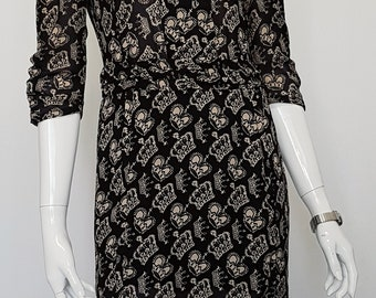 Vintage 80's DIANA Fitted Knee Length Pleat Front WIGGLE DRESS w 'King & Queen' Crown Print Motive and Ruched Three Quarter Sleeves.