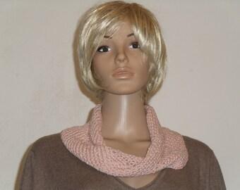 Crochet Möbiusschal dusky pink yarn with beads