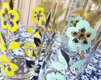 Set of 2 mod daisy flower and foliage drinking glasses - yellow & light green - French 60s 70s vintage