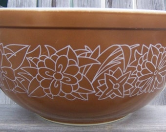 Pyrex mixing bowl / woodland pattern / brown and white / flower