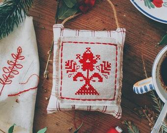 """Suspension décorative tissu et point de croix, style montagne/ campagne/ rustique/ rétro/ vintage/ traditionel, folklore savoyard, """"Kirsti"""""""