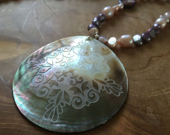 Baroque Purple - an one of a kind pearlnecklace with gorgeous engraved lipshell pendant. Freshwater pearls, purple, lilac, baroque, ooak