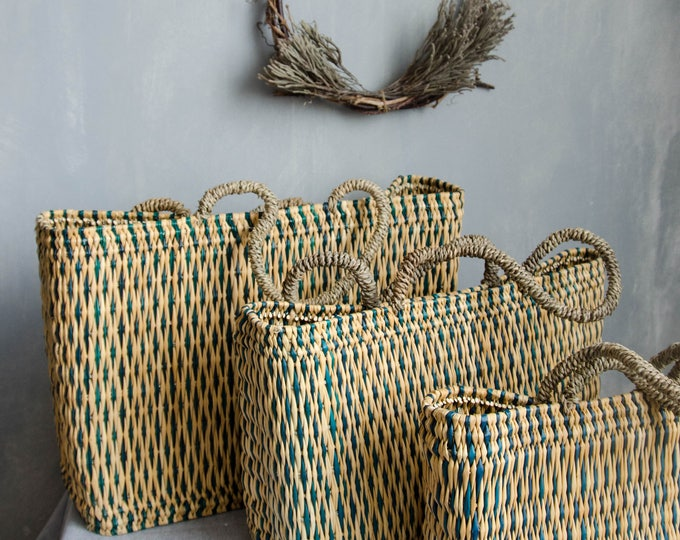 Market bags in rattan + with green-turquoise details.