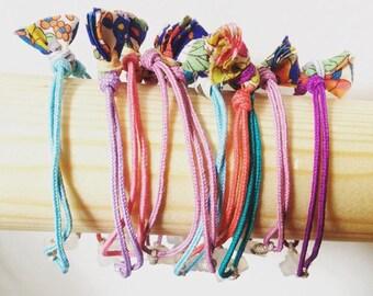 Pulsera para niña con Cruz de Ágata  y cordón de color, para invitados de Comunión. Pompon de Liberty.